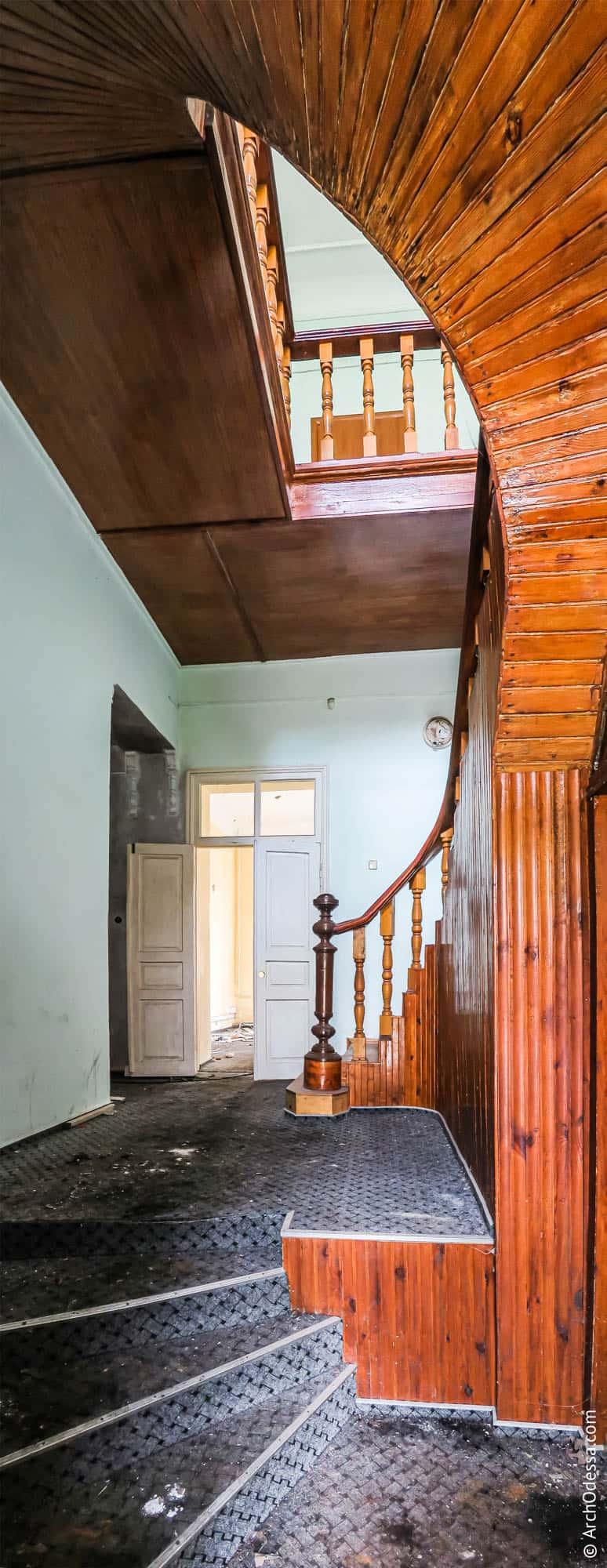 Общий вид вестибюля и лестницы со стороны входа