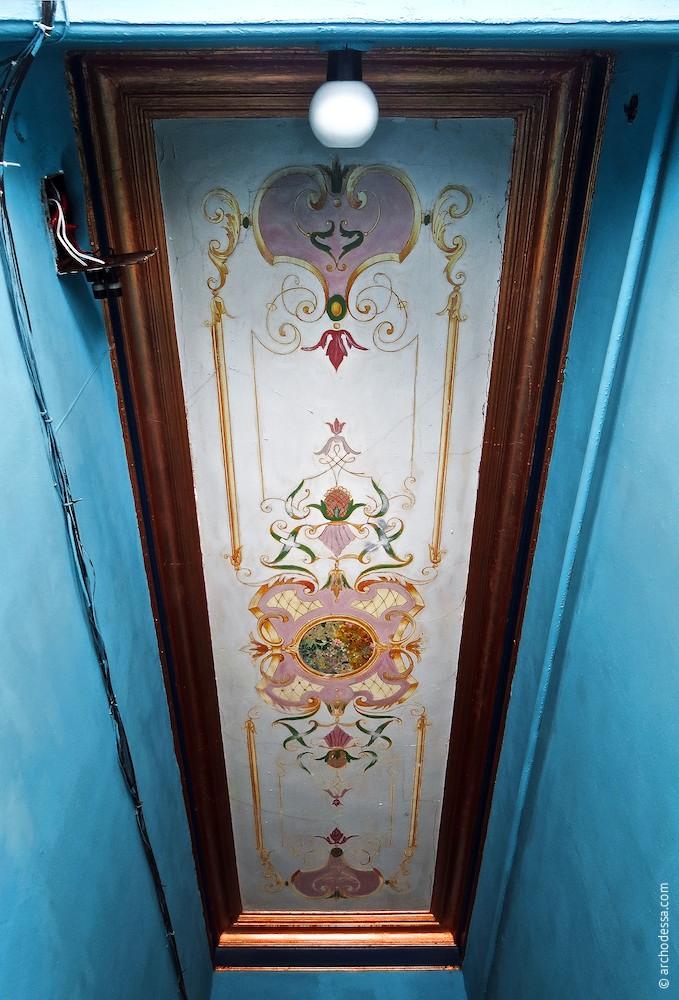 Роспись на потолке вестибюля