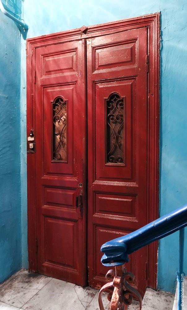 Дверь на первом этаже
