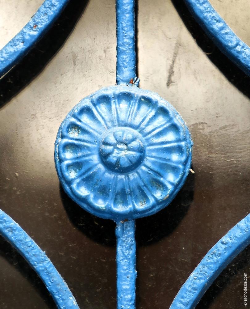 Декоративный элемент решетки остекленного проема
