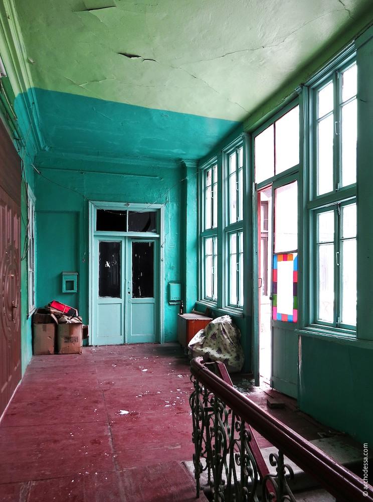 Общий вид площадки второго этажа, справа - выход на балкон.