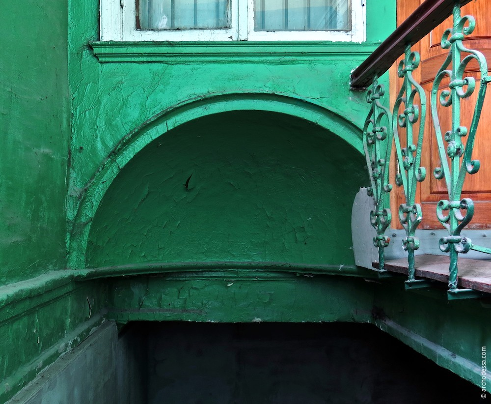 Полуциркульная выемка над лестницей