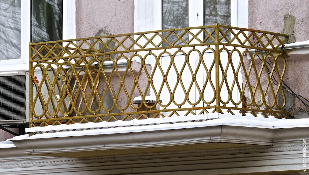 Балкон на чільному фасаді