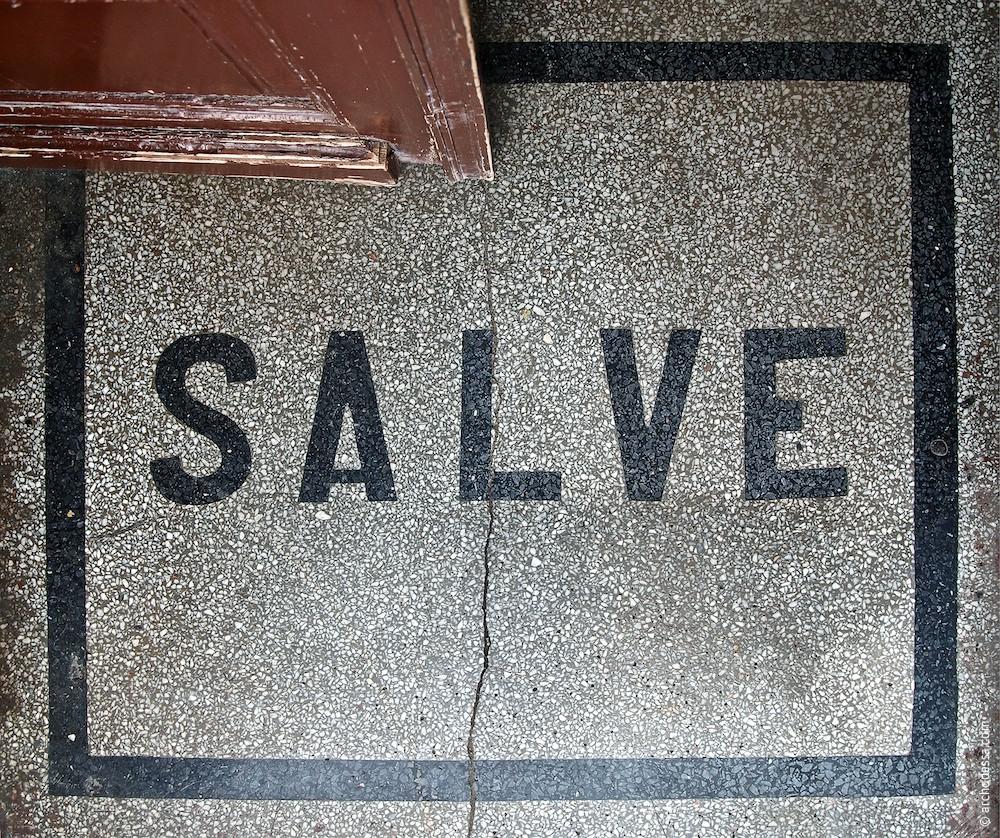 Aufschrift Salve, Betonmosaik
