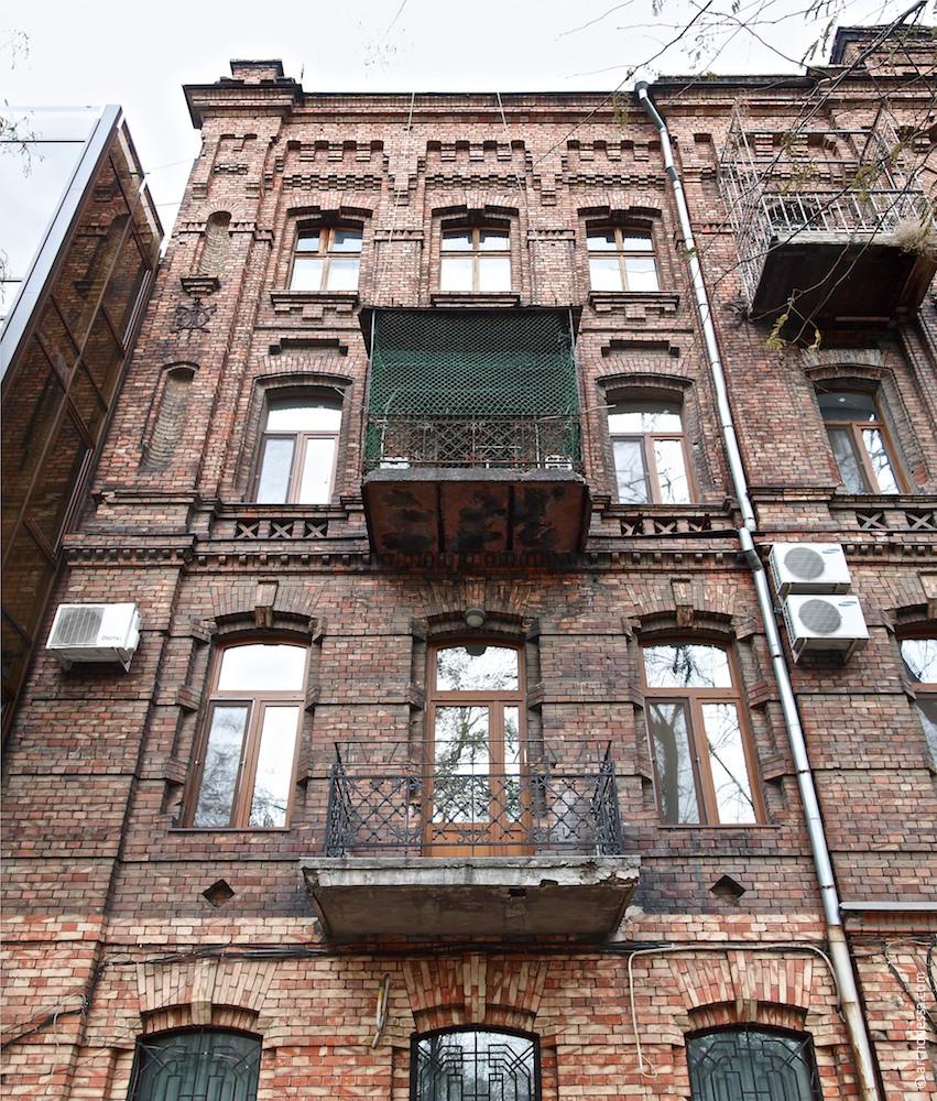 Linker Fassadenteil, Ansicht von unten nach oben