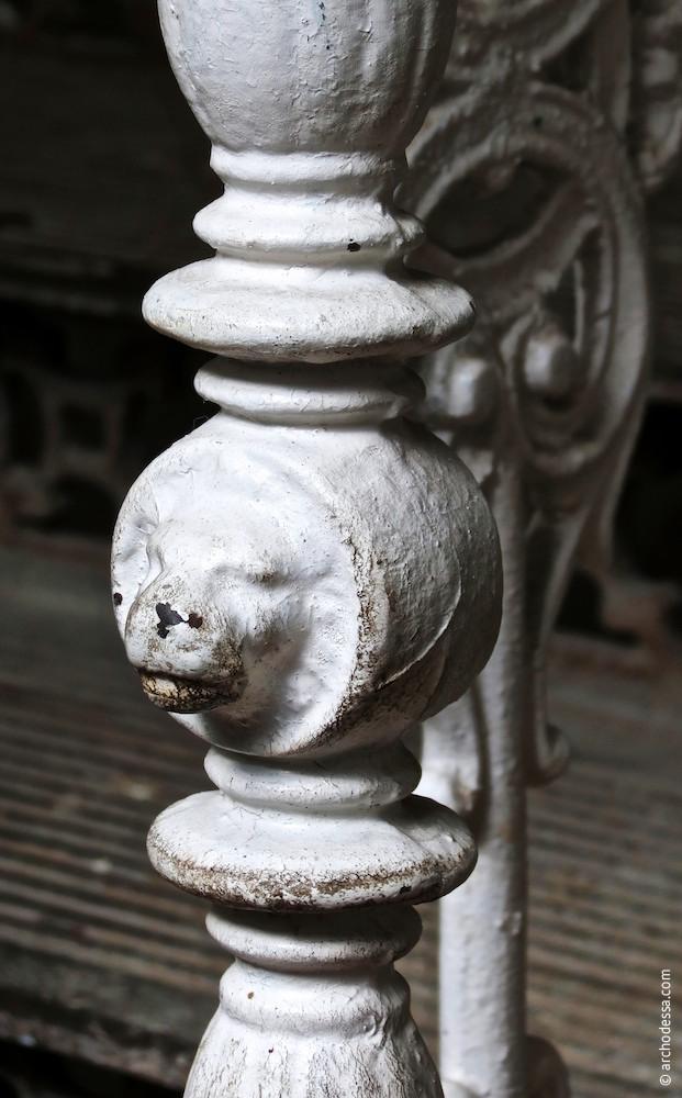 Geländerpfosten, Treppenabsatz, ein Ausschnitt