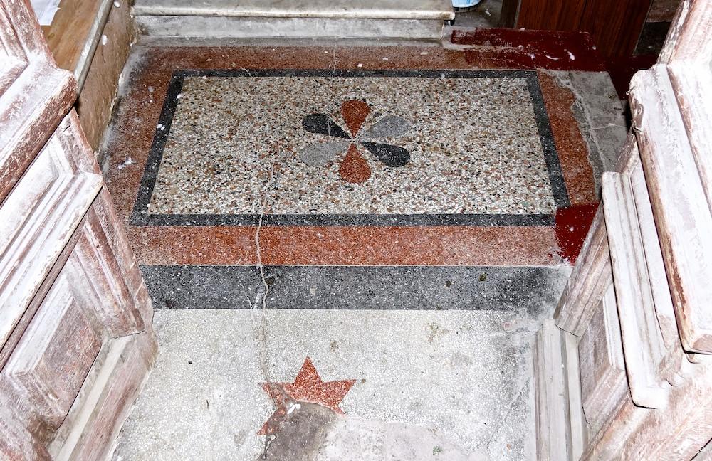 Hauseingang, Fußbodenmosaik (nur im Erdgeschoss vorhanden)