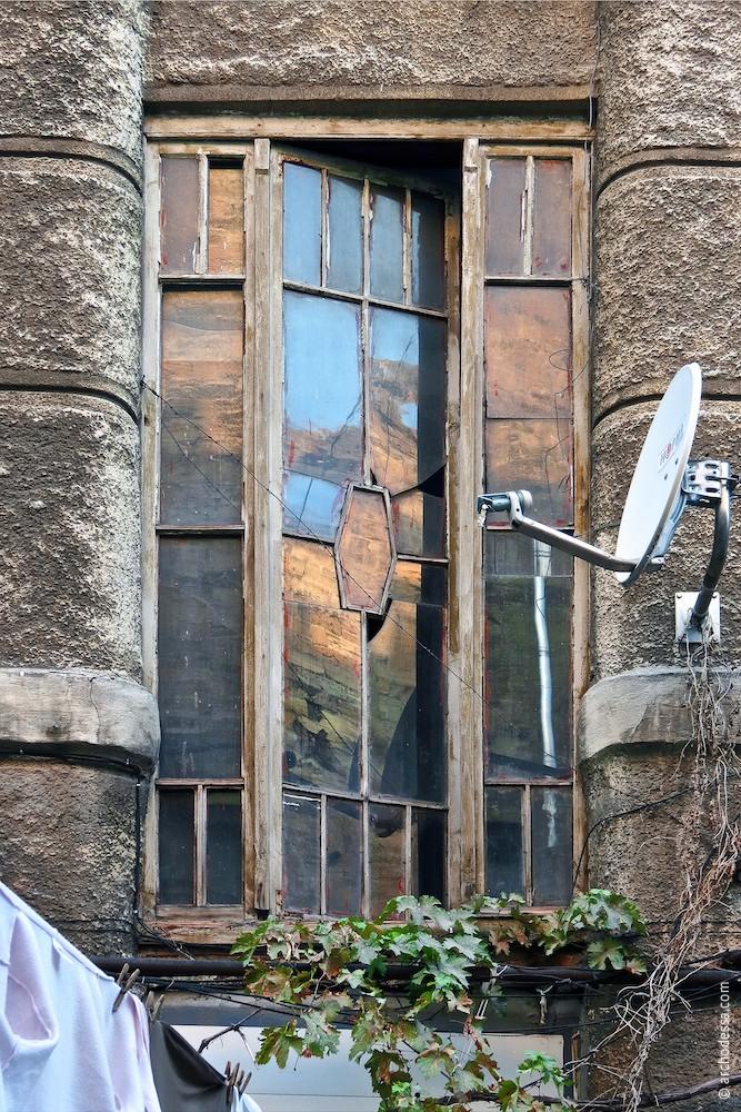Treppenhausfenster zwischen dem Erdgeschoss und 1. Stock (Außenansicht)