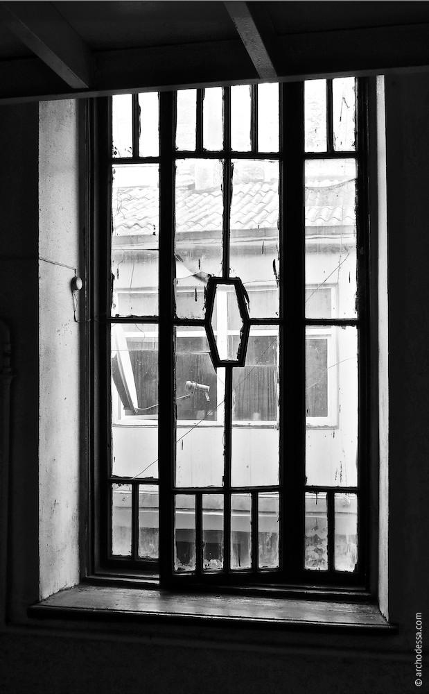 Treppenhausfenster zwischen dem Erdgeschoss und 1. Stock