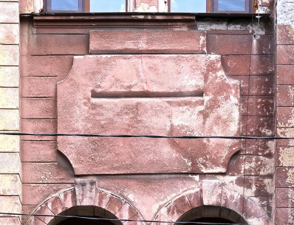 Stuckelemente zwischen den Fenstern des 1. und 2. Stocks