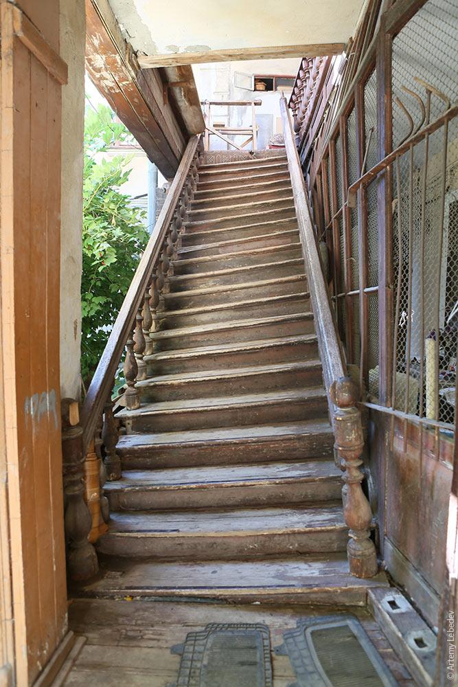 Несохранившаяся деревянная лестница. Фото Артемия Лебедева