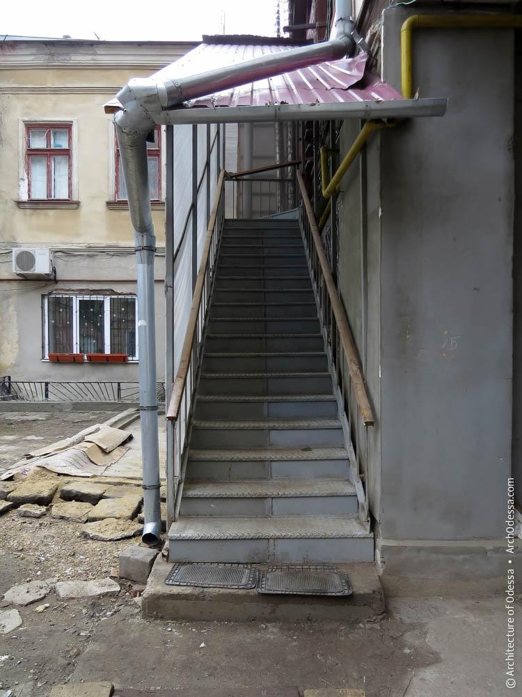 Новодельная лестница взамен деревянной