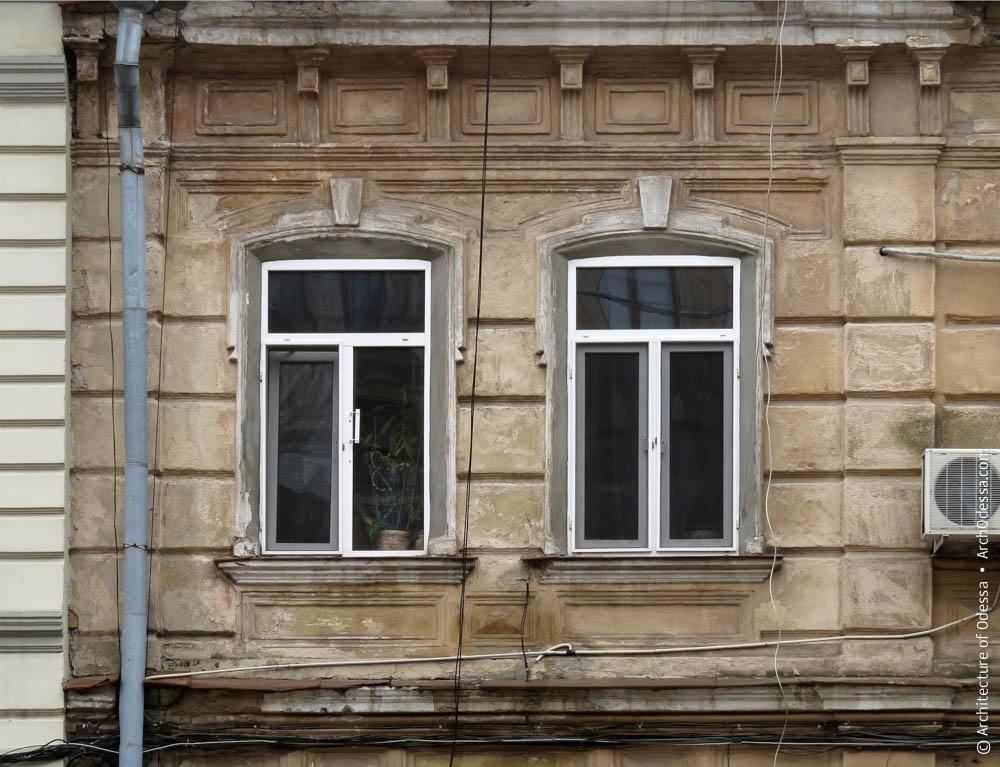 Окна второго этажа и их наличники