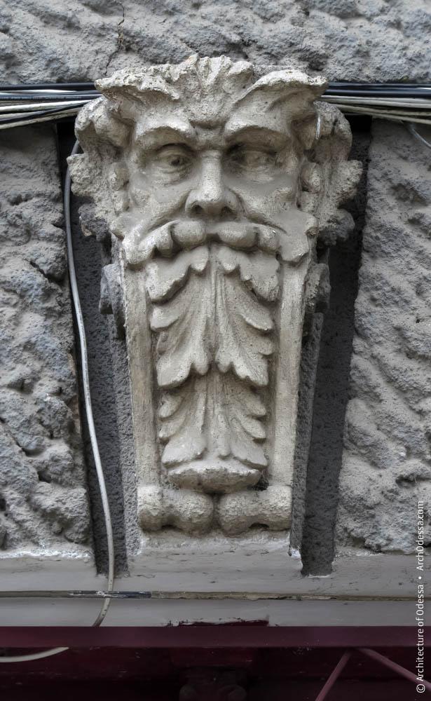 Замковый камень с маскароном