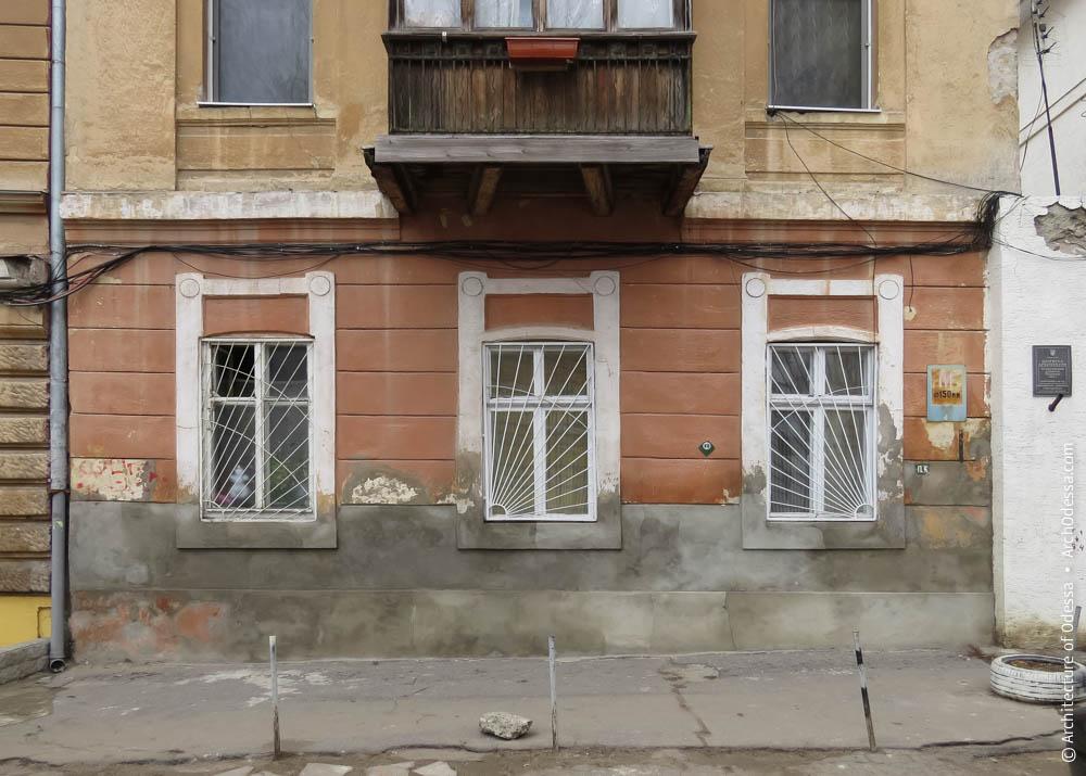 Окна первого этажа и их наличники