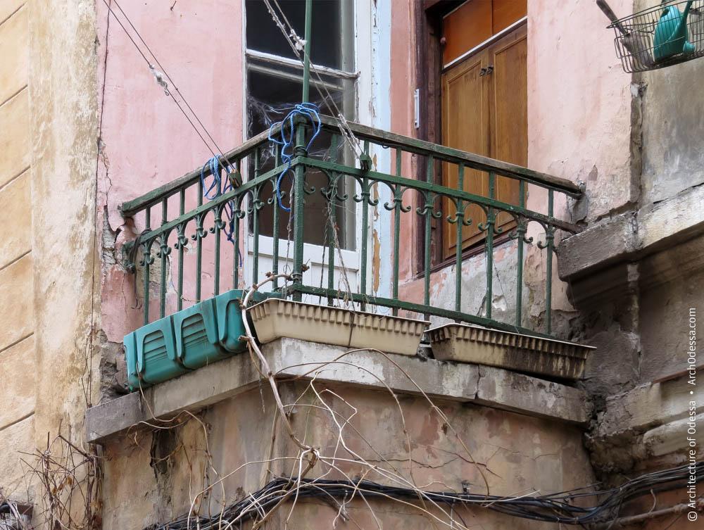 Балкон над входом