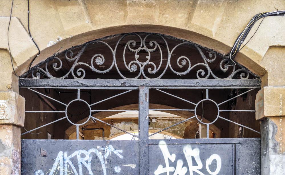 Фрамуга исторических ворот