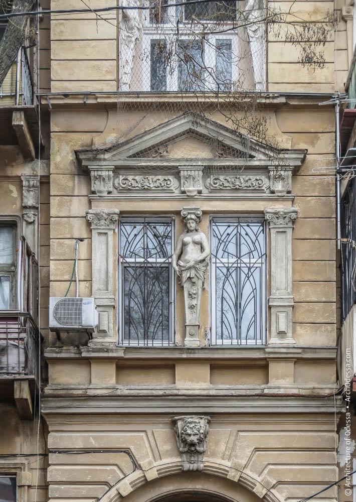 Спаренные окна в боковом ризалите