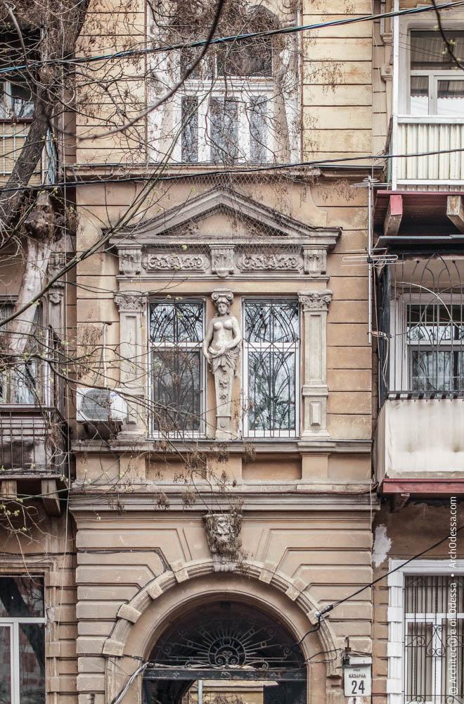 Спаренные окна в центральном ризалите