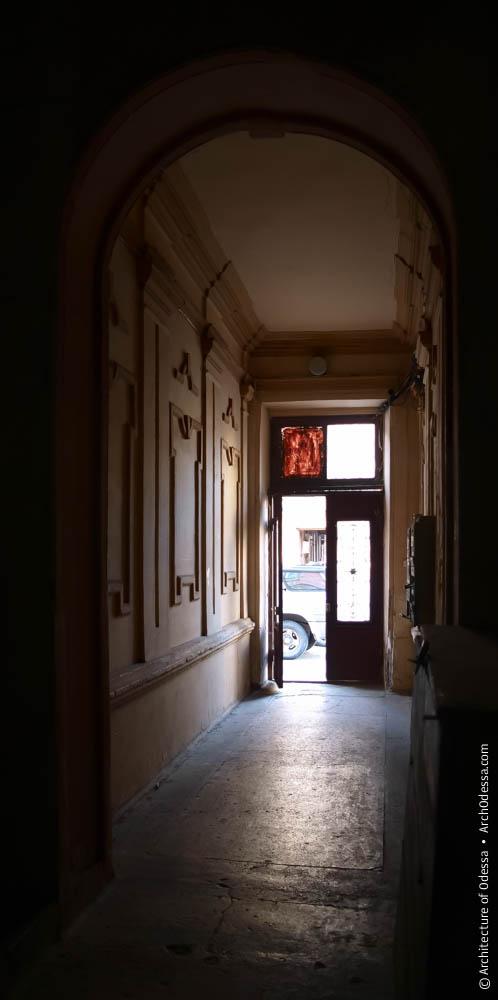 Вестибюль, вид со стороны лестницы