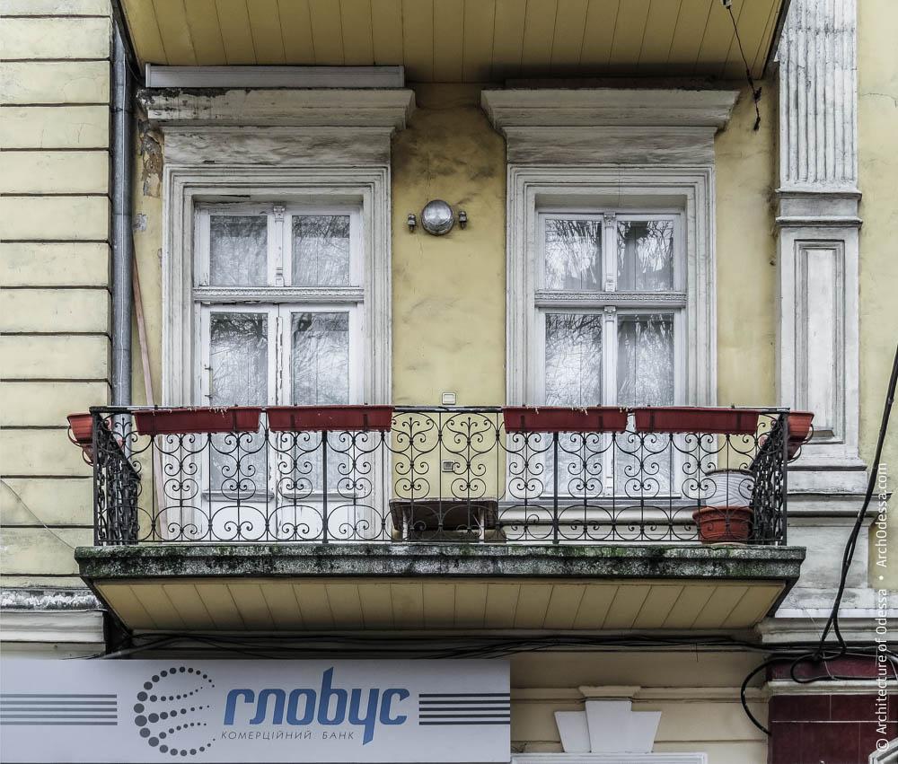 Фрагмент основной фасадной плоскости и балкон