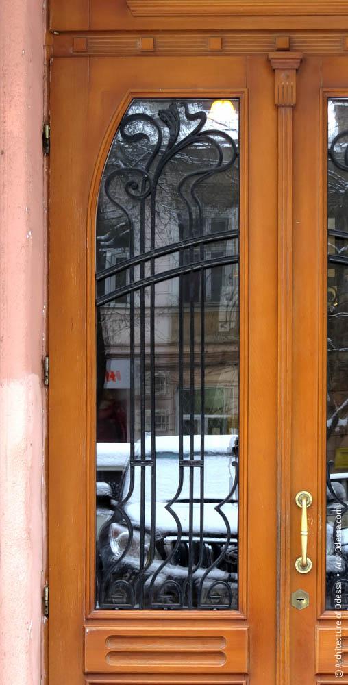 Решетка остекленного проема двери
