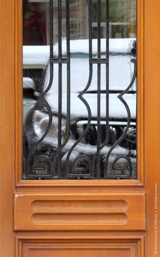 Решетка остекленного проема двери (фрагмент)