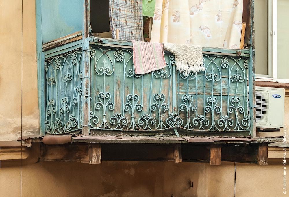 Балкон з оригінальними огорожами та дерев'яним настилом