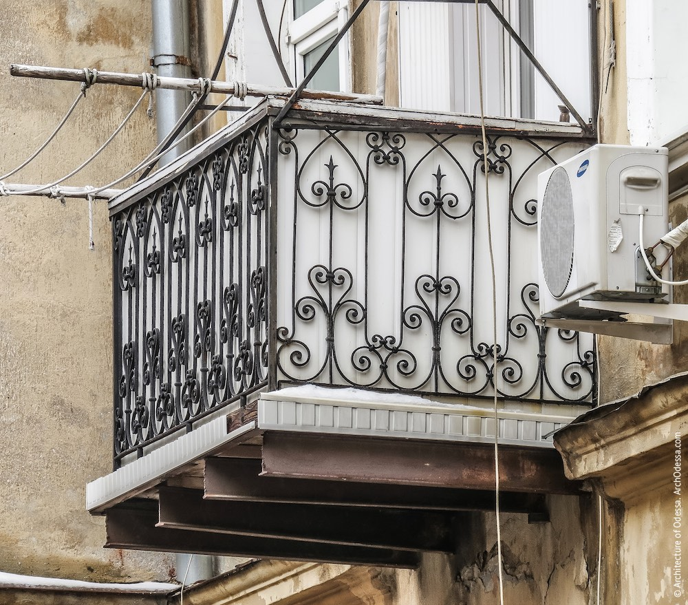 Балкон з оригінальними огорожами