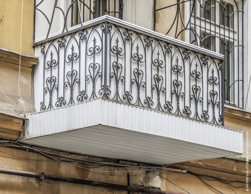 Балкон з оригінальними огорожами і укріпленим настилом