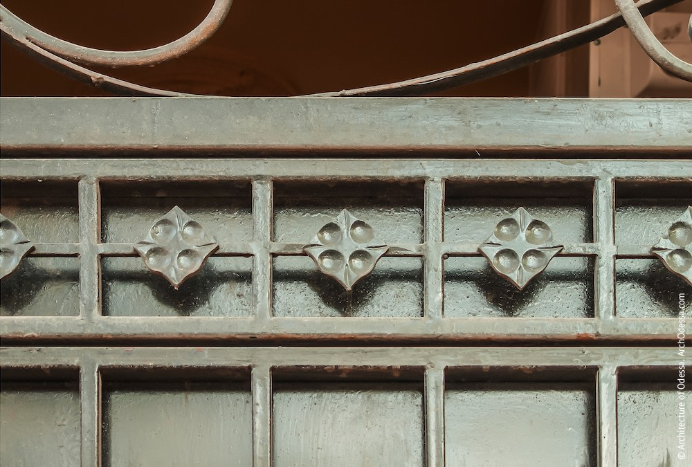 Фрагмент верхньої частини одного з полотнищ