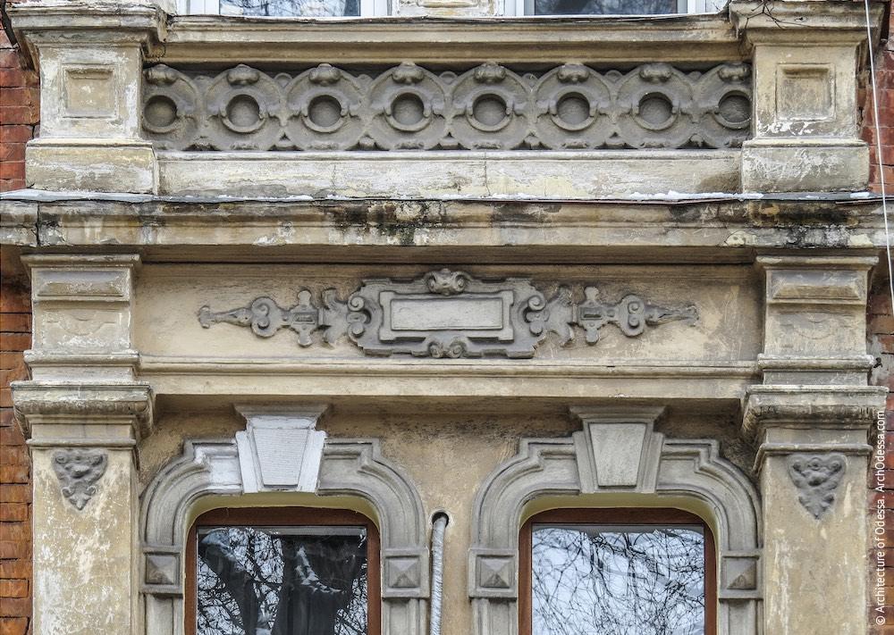 Верхня частина віконного порталу у центральному ризаліті
