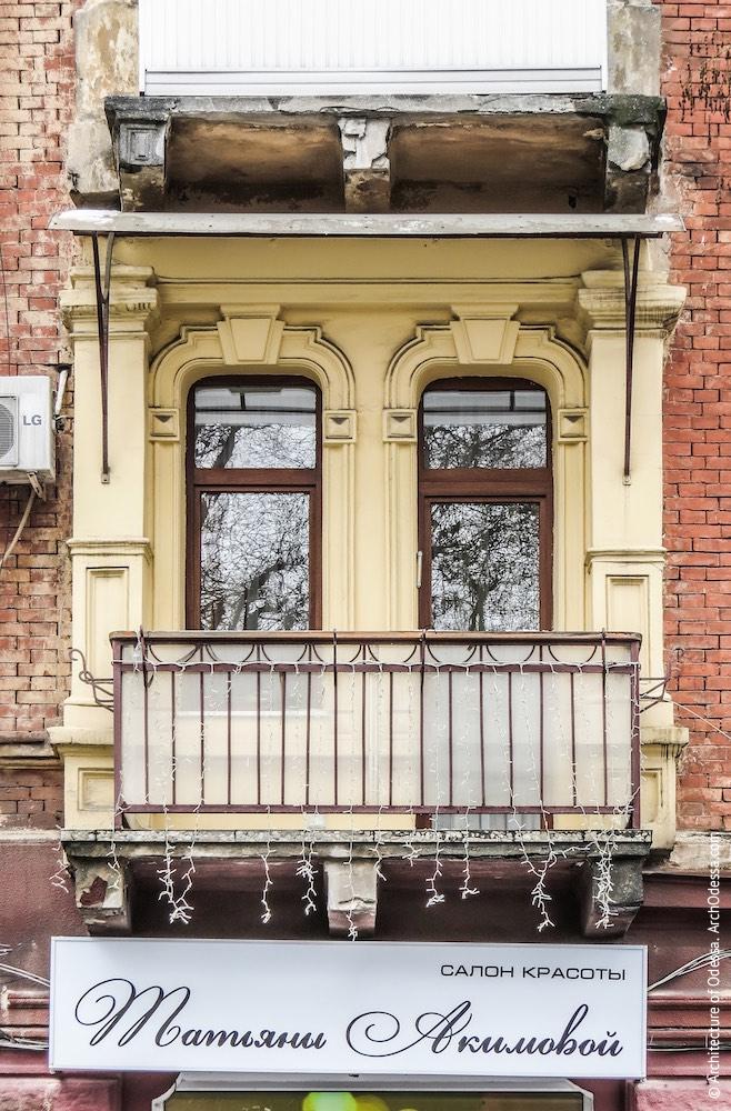 Вікна одного з крайніх ризалітів