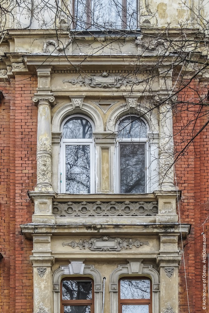 Вікна у центральному ризаліті