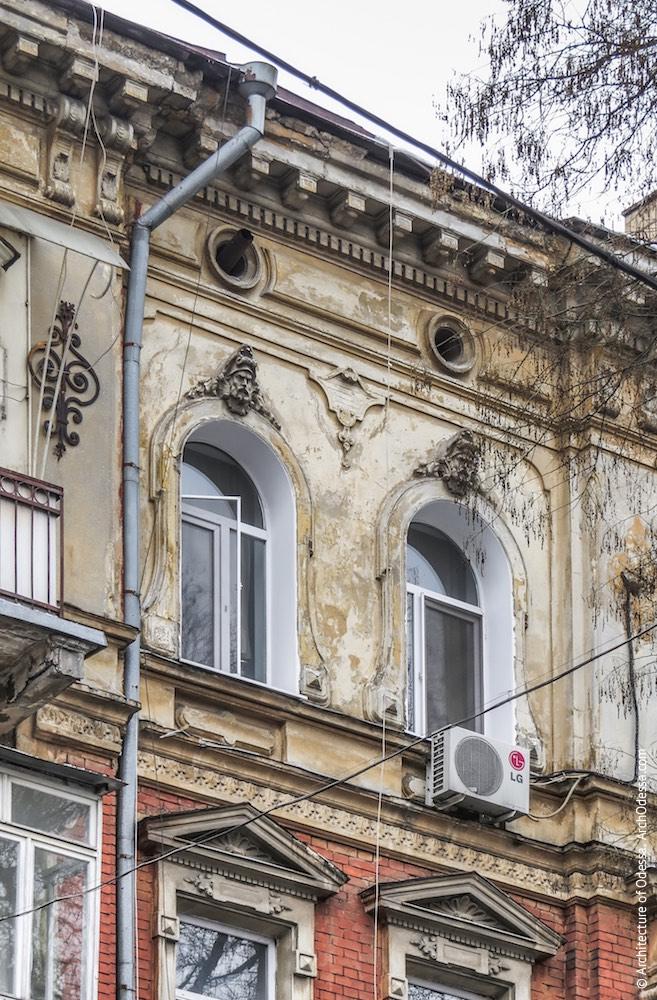 Вікна поза ризалітів (основна фасадна площина)