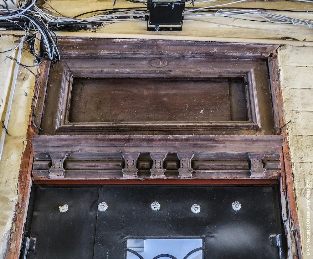 Автентична фрамуга двері під'їзду чолового крила (в арці)