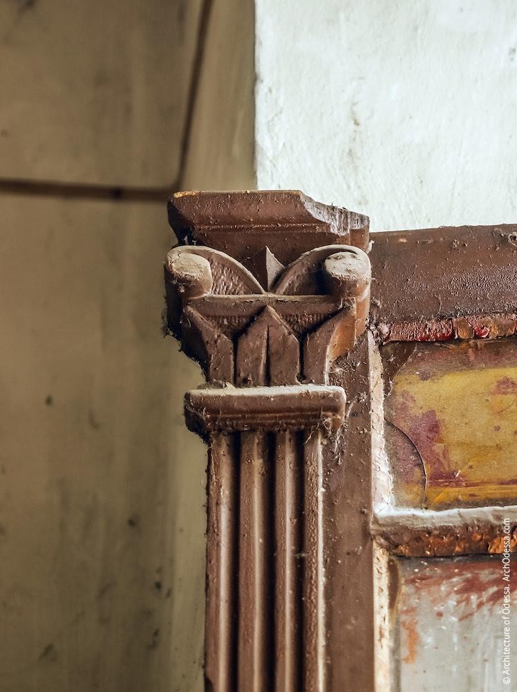 Фрагмент двері під'їзду чолового крила