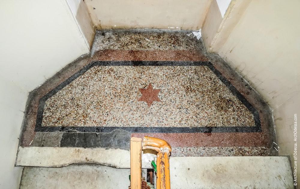 Один з бетоно-мозаїчних міжповерхових майданчиків