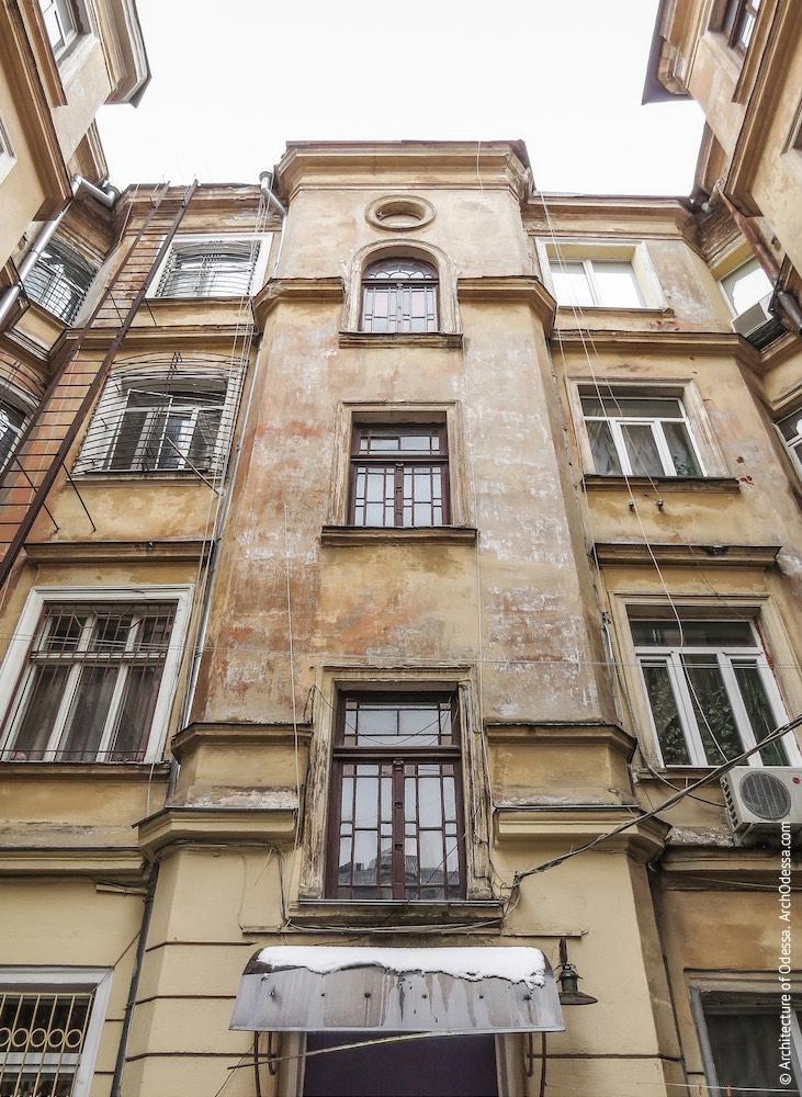 Заднє крило, центральний ризаліт з вікнами під'їзду