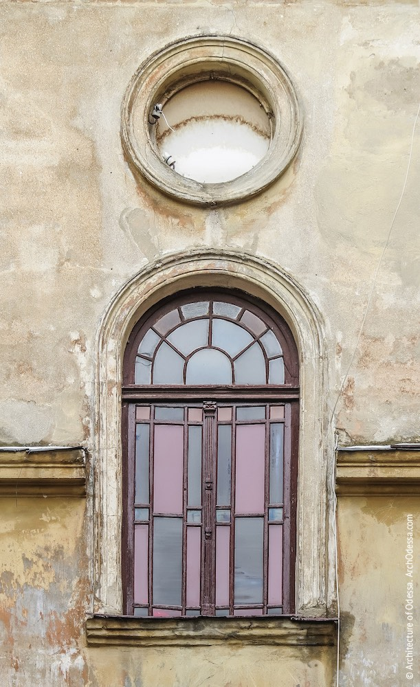 Заднє крило, центральний ризаліт, верхнє вікно під'їзду з оригінальною палітуркою і закладене вікно-розетка