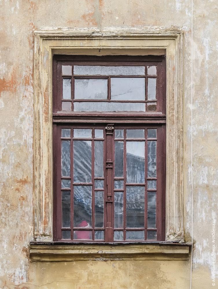 Заднє крило, центральний ризаліт, нижнє вікно під'їзду з оригінальною палітуркою