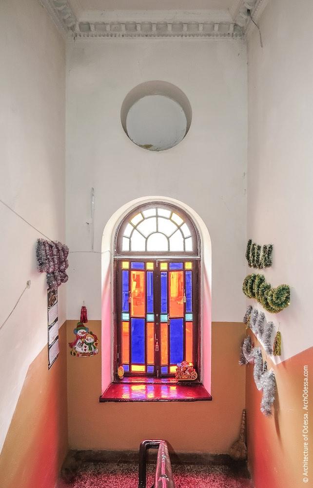 Вигляд світлових вікон з майданчика верхнього поверху