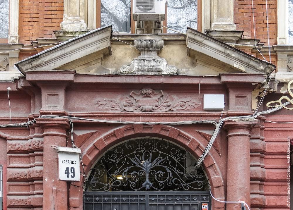 Сандрик над порталом, загальний вигляд