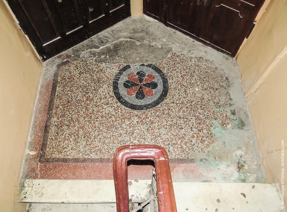 Один з бетоно-мозаїчних поверхових майданчиків