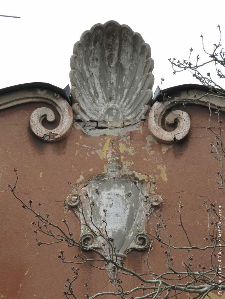 Рокайль, украшающий фронтон