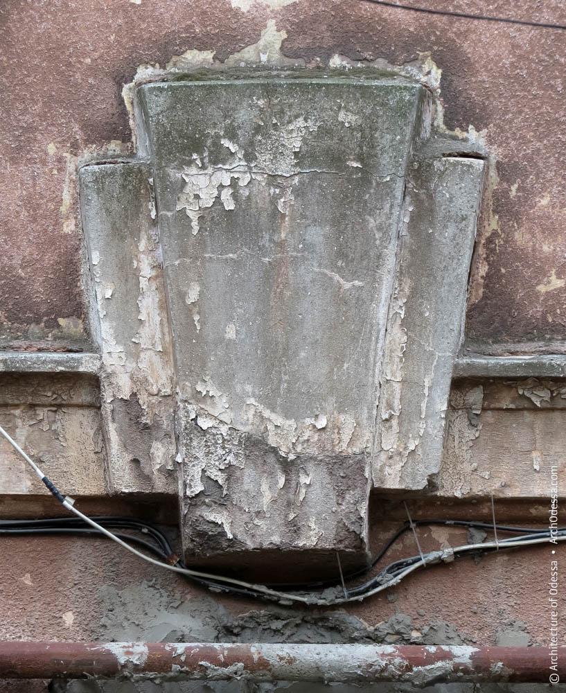 Замковый камень над проемом арки
