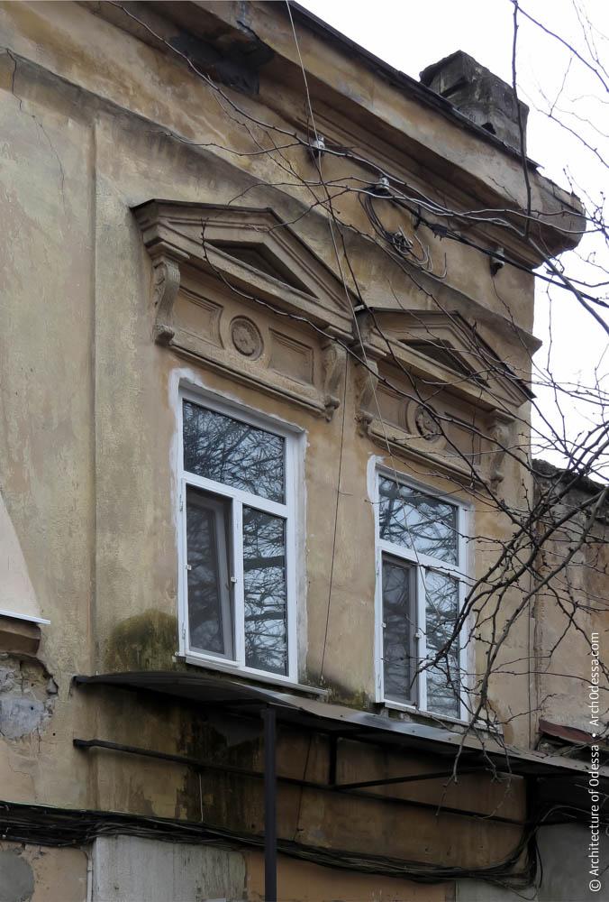 Окна и сандрики второго этажа