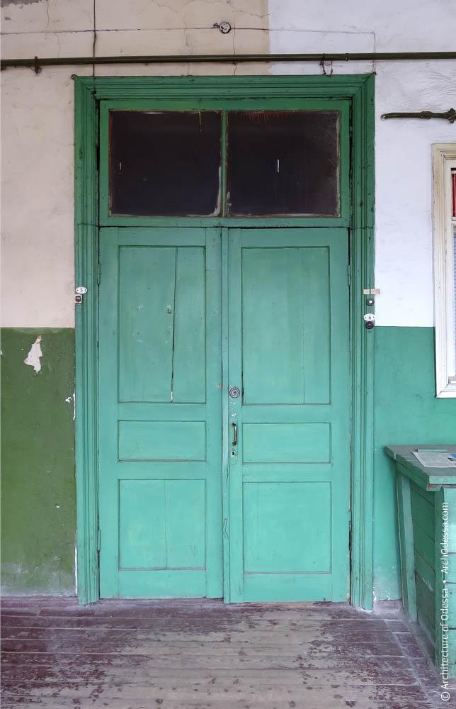 квартирная дверь