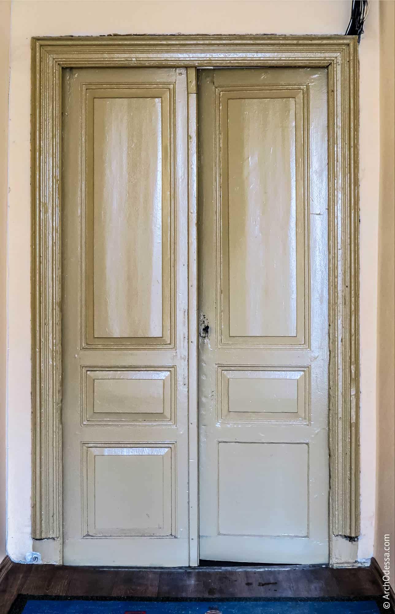 Дверь между вестибюлем и лестницей