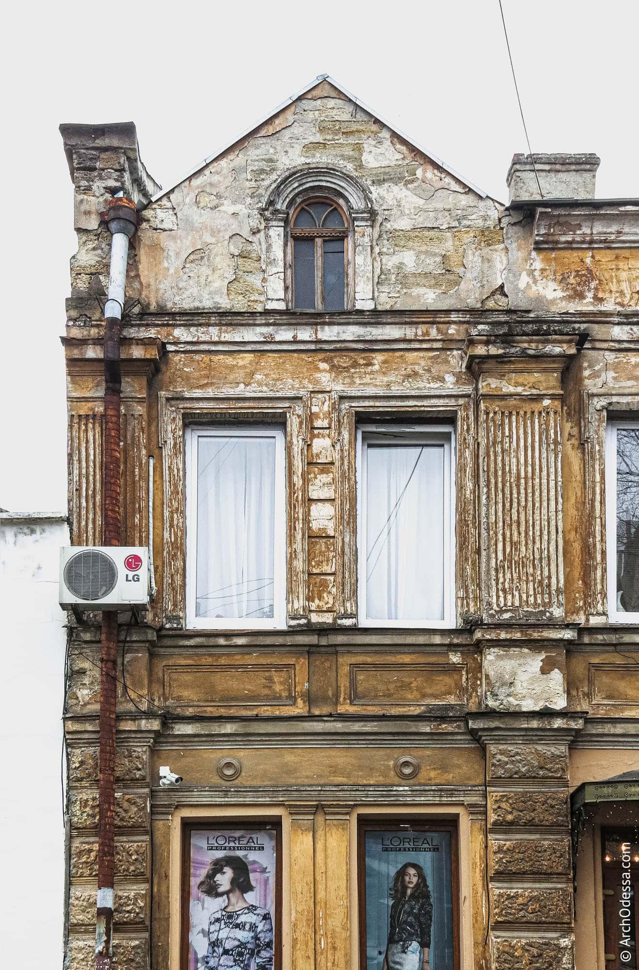 Фронтон и окна второго этажа